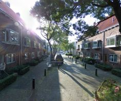 Dit is een straat dicht bij het centrum van Groningen. De straat heeft een warme, dorpse sfeer. En ik vind dat knap dat ze dat voor elkaar hebben gekregen als je kijkt naar de locatie van de straat. -Imraan el Hamdaoui