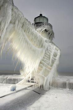 Asombrosas obras naturales creadas por el océano y el invierno al golpear grandes faros en Michigan | FuriaMag | Arts Magazine