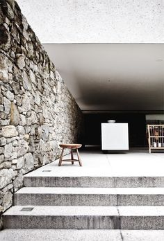 Concrete steps, stone wall and wooden bench  Sanselige São Paulo - BO BEDRE