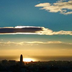 One of these (good) mornings #wow #goodmorning #sunrise #fall #autumn #barcelona #skyline #torreagbar #contraluz #backlit #backlight