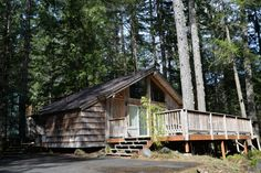 Ultra-cozy cabin with large deck and riverfront location Oregon Vacation, Oregon Travel, Romantic Vacations, Cozy Cabin, Ideal Home, House Styles, Places, Cabins, Deck