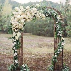 Att få säga JA till varandra mitt ute omgiven av vacker natur vid en sådan här blomsterbåge #bröllop #vigsel #blommor