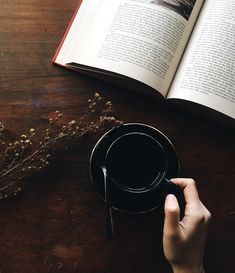 10 Popular Books That Will Inspire Simple Living and Minimalism Read about some of my favorite books that will inspire simple living and minimalism. What is on your TBR list? Chefs, Good Books, My Books, Photo Café, Best Fiction Books, Metal Containers, White Books, Wellness, Popular Books