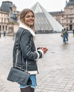 Happiest when in Paris! http://franziskanazarenus.com/2018/01/28/loescht-die-digitale-revolution-das-offline-shopping-aus-ich-glaube-nein/ Outfit, Street Style, revolve, IKKS, crossbody bag, Parisian style, fashionblogger, Louvre, blonde, smiling, stylish, leather jacket, outfits spring