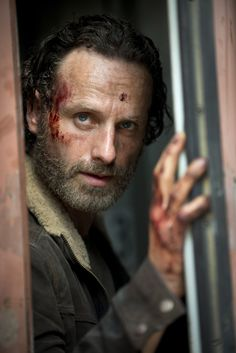 AMC released on Tuesday a first look photo from The Walking Dead Season featuring Rick Grimes (Andrew Lincoln). Aaa cant wait for the season 5 The Walking Dead Saison, Just Keep Walking, Walking Dead Season 4, Walking Dead Tv Series, Fear The Walking Dead, Carl Grimes, Amc Shows, Dead Zombie, Por Tv