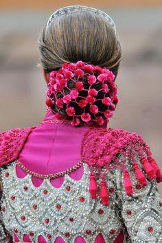 Infanta Elena luciendo un peinado Goyesco.....y un traje de ensueño muy español....¡¡¡VALIENTE!!!