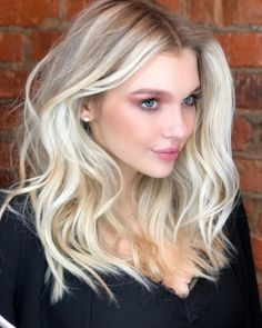 Here's Every Last Bit of Balayage Blonde Hair Color Inspiration You Need. balayage is a freehand painting technique, usually focusing on the top layer of hair, resulting in a more natural and dimensional approach to highlighting. Balayage Blond, Blonde Hair With Highlights, Front Highlights, Blonde Lob, Bright Blonde, Platinum Blonde Balayage, Blonde Haircuts, Icy Blonde, Short Blonde