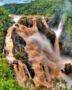 黄河壶口瀑布,山西和陕西两省之间。 /  Hukou waterfall on the Yellow River, between Shanxi and Shaanxi provinces.