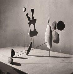 Alexander Calder , Vertical Constellation with Yellow Bone, 1943 Photo by Herbert Matter Calder Foundation, New York. Alexander Calder, Op Art, Herbert Matter, Yellow Bone, Instalation Art, Mobile Art, Kinetic Art, Art Sculpture, Metal Sculptures