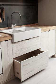 kitchen styling and renovation inspiration - pale wood kitchen cabinets with farmhouse sink For 20 years now, Italy-based German interior designer and furniture maker Katrin Arens has been finding fresh uses for discarded wood. Kitchen Ikea, Kitchen Cabinet Storage, Farmhouse Kitchen Cabinets, Kitchen Cabinet Hardware, Modern Kitchen Cabinets, Kitchen Cabinet Design, Kitchen Interior, Farmhouse Sinks, Wood Cabinets