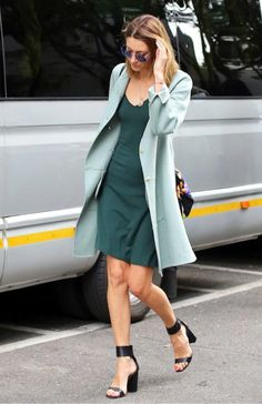 Maxi blazer, vestido liso, sapato preto, block heels