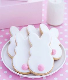 Easy Easter Cookies For Kids: The Best decorated Easter cookies recipes. Are you after bunny shaped Easter cookies ideas? If so, you have to try these simple Easter cookies with royal icing, chocolate and more. Easter Cupcakes, Easter Cookies, Easter Treats, Holiday Cookies, Flower Cupcakes, Christmas Cupcakes, Sugar Cookie Recipe With Royal Icing, Sugar Cookies Recipe, Royal Icing Cookies