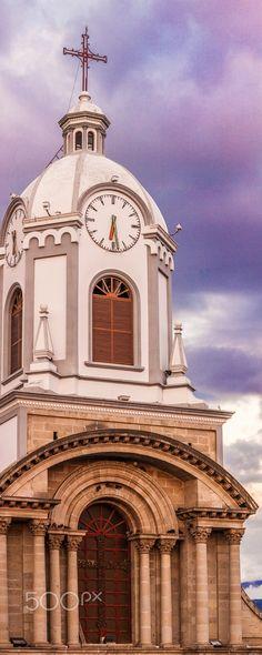 En lo alto, a solo un minuto, el cielo se sonrojó - Iglesia de San Antonio en la Loma de Quito, Riobamba, Chimborazo, Ecuador.