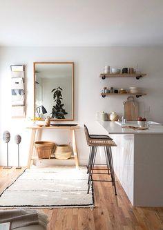Isla de cocina en el salón de un apartamento pequeño.