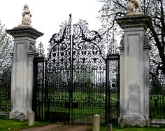 These are the gates of Wimpole Hall,(built the largest house in Cambridgeshire, eastern England.the entrance to the Accorsi property, the winding drive way is so long that you can't see the houses around the massive oak trees Front Gates, Entrance Gates, Grand Entrance, Wrought Iron Decor, Wrought Iron Gates, Tor Design, Gate Design, Gate Handles, Old Gates