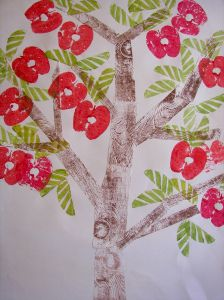 appelboom stempelen met echte appels; stam en takken met zijkant van bierviltje.