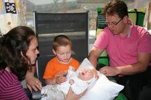 Direct na zijn geboorte blijkt dat Sven lijdt aan een zeer zeldzaam syndroom: het syndroom van Adams Oliver. Sven heeft aan de bovenkant van zijn hoofd geen schedel en geen huid. Op stel en sprong wordt Sven van Roermond naar het Academisch Ziekenhuis Maastricht overgebracht. >> Lees hier het hele verhaal: http://www.kinderfonds.nl/huis-maastricht/het-huis/ouders-vertellen/wonderen-bestaan#sthash.FkSCT1lY.dpuf
