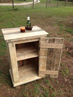 Wooden Pallet Projects This recycled wood pallet side table is crafted with re-used pallets. Wooden Pallet Projects, Wooden Pallet Furniture, Pallet Crafts, Wooden Pallets, Rustic Furniture, Diy Furniture, Simple Furniture, Pallet Ideas, Pallet Wood
