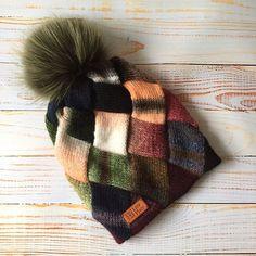 Шапка бини ⛔️ПРОДАНА 3200₽ новая модель крупным энтрелаком без резинки, двойная как обычно - из однотонного тонкого мериноса подклад - на весну/осень тоже подойдёт так как внутренняя часть и тоненькой ниточки. Размер 56-58 см. Пряжа #LanaGrossa, помпон на выбор -> полистайте фото там есть фото на манекене со всех сторон и с помпоном другого цветаMy hand made knit hat with natural fur, ⛔️sold, I used hight quality yarn LanaGrossa, knitting pattern #entrelac #i_loveknitting#instaknit#ins...