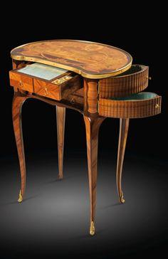 Rare table à écrire en placage de bois de rose et marqueterie de bois teinté de la fin de l'époque Louis XV, attribuée à Louis Péridiez, vers 1770. SOLD. 60,300 EUR