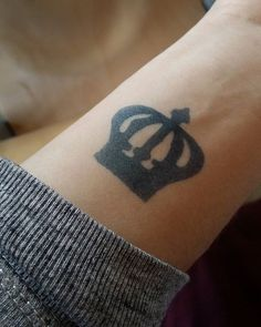 #jaguatattoo #tattoo #crown #tattooart  Tattoo Crown, Jagua Tattoo, Deathly Hallows Tattoo, Fish Tattoos, Henna, Instagram Posts, Wreath Tattoo, Hennas