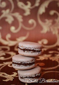 SÜTIK BIRODALMA: Csokoládés-erdei gyümölcsös macaron Macarons, Pavlova, Winter Food, Meals, Cookies, Recipe, Crack Crackers, Meal, Biscuits