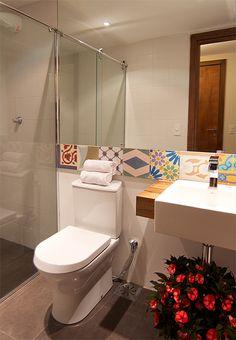 espelho amplo no banheiro