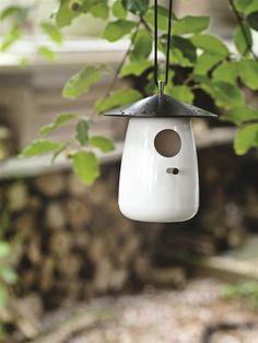 Tweet er et veldesignet og gennemtænkt fuglehus fra XD-Design, som lader dig både pynte i haven og samtidig være god ved fuglene.
