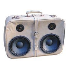 Kuffert højtaler - lavet i en godt brugt rejsekuffert fra 50'erne. Denne stereo højtaler spiller både klart og godt, takket være de super gode Doc Miller højtalerenheder, som denne kuffert er monteret med.  Der er naturligvis også her tale om en unikamodel. Der er kun lavet et sæt af denne model.
