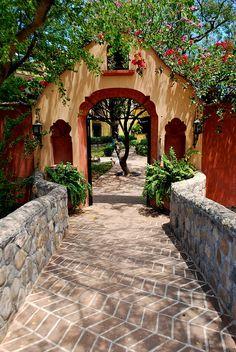 En el interior de la Hacienda de Los Santos, está este puente de piedra sobre el arroyo de Alamos, pueblo mágico del sur de Sonora en México