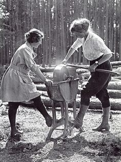 Women's Forestry Corps, UK, 1918.