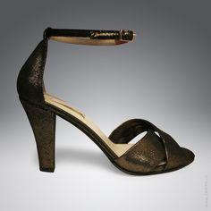 Elegante Riemchen-Sandalette mit Goldglanz als Tanzschuh - handgefertigt