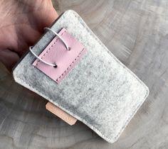 Praktisch-schöne Handytasche. In einer Kombination aus edlem Designerfilz und Leder .  Im vorderen Bereich befindet sich eine kleine Tasche für  EC-Karten oder Visitenkarten....