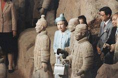 A Rainha Elizabeth II visitando guerreiros de terracota de 2.000 anos de idade, em 1986, na China.