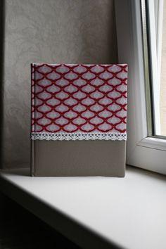 Ein Fotoalbum für die schönsten Erinnerungsfotos.  Fotoalbum mit 40 weißen Seiten = 20 Blatt, aus Fotokarton und weißen Pergaminschutzseiten  Fotoalbum mit zwei verschiedenen Stoffen beklebt, in der Mitte mit einer Häkelbordüre versehen.