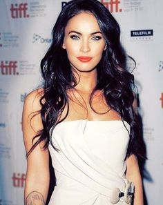 dark hair. blue eyes. and red lips. <3