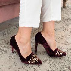 f779280fdc7 Lista para deslumbrar en cualquier evento con los zapatos queen vintage de  @lodishoes en terciopelo