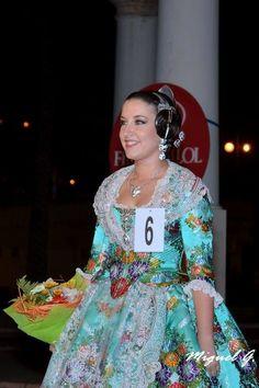 Amparo desprendiendo felicidad valenciana. fallaarquitectoalfaro.com/blog/