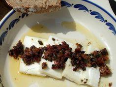 Queso de cabra con tomate seco y aceitunas