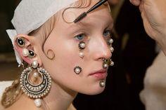 Riccardo Tisci soube muito bem como diferenciar a Givenchy -com muita atitude- das outras marcas de luxo na semana de moda de Paris. Engana-se quem pensa que o assunto mais comentado do desfile de ontem (8/3) foram as roupas da coleção AW16... Check it out: http://desireemarie.com.br/blog/givenchy-e-as-suas-joias-para-o-rosto/