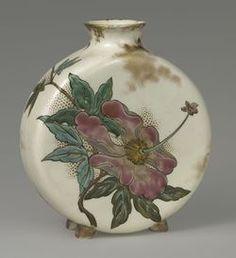 Vase en forme de gourde plate. Faïence fine à décor d'émaux polychromes Haviland et co Limoges. Sèvres, musée national de Céramique. Acquis en 1879.