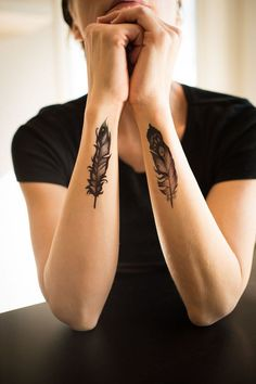 diseños de tatuajes 2019 17 Things You Need If You Are Obsessed With Feathers - Tattoo Designs Photo Cover Up Tattoos, Body Art Tattoos, Hand Tattoos, Small Tattoos, Cool Tattoos, Eagle Feather Tattoos, Feather Tattoo Design, Feather Tattoo Wrist, Tattoo Removal Cost