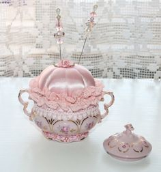 Spool Crafts, Sewing Crafts, Sewing Projects, Victorian Crafts, Vintage Crafts, Diy Cushion, Needle Cushion, Teacup Crafts, Shabby Chic Crafts