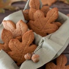 Vollkorn Ahornblatt Kekse für den Herbst // Whole wheat maple cookies for aut Graham Cookies, Leaf Cookies, Fall Cookies, Spice Cookies, Sugar Cookies, Cupcakes, Fall Recipes, Pumpkin Spice, Cookie Recipes