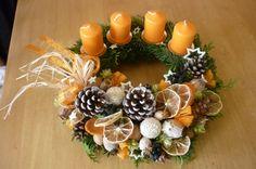 tradice a vánoce II. Věneček zněkolika druhy chvojí ( jedlička, tis,tůje)Zdobení věnce je z přírodnin( šišky, oříšky, pomeranče atd.) Pod svíčkami jsou bodce. K tomuto adventnímu věnci vám můžu vyrobit i věnec k zavěšení( poslední foto) Průměr do 35 cm.  Věnečeky vyrábím vždy čerstvé, tak do případné objednávkynapište datum dodání. Foto ...
