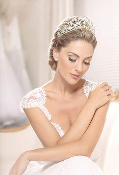 Penteado de noiva - coque clássico - coroa ( Foto: Larissa Felsen | Coroa: Renata Bernardo | Cabelo: Marco de Barros | Vestido: Wanda Borges )