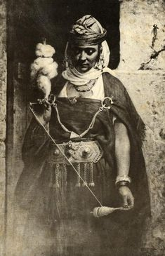 Woman spinning wool, Northwest Africa ca. 1895 [note pair of fibula brooch pins holding the shawl on her shoulders, reminiscent of bronze and iron-age styles of clothing: untailored wraps of woven textiles traditional in biblical lands) Spinning Wool, Hand Spinning, Spinning Wheels, Vintage Photographs, Vintage Photos, People Of The World, North Africa, Textile Art, Old Photos