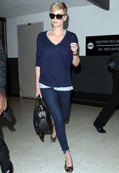 Charlize Theron prefiere la discreción de unos jeans pitillo, un jersey de punto en azul marino y bailarinas de print de leopardo.