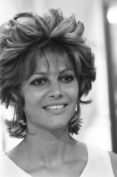 07/00/1970 : Claudia Cardinale with the designer Loris Azzaro in his workshop in Paris