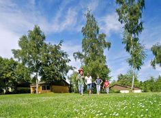 Landal Warsberg is hooggelegen tussen de wijnvelden van de rivier de Saar. In Saarburg sta je op een drielandenpunt; de grens van Duitsland, Frankrijk en Luxemburg. In en om dit prachtige park is van alles te doen.    Het park beschikt over een parkwinkel, een snackbar en een restaurant met terras. Regelmatig organiseert het park wijnproeverijen. Tevens zijn er een overdekt zwembad, een bubbelbad, infrarood- en stoomcabine en zonnebanken. De boswachter toont je de leukste plekjes in de…